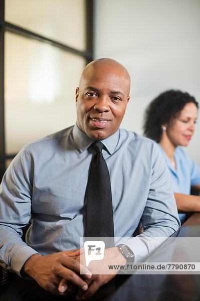 Erwachsener Geschäftsmann in Hemd und Krawatte