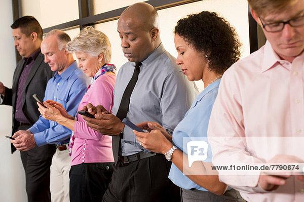 Geschäftskollegen mit Mobiltelefonen