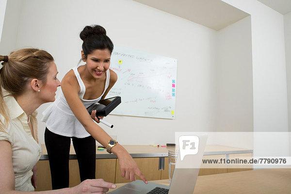 Junge Frauen bei der Arbeit  eine Frau am Laptop