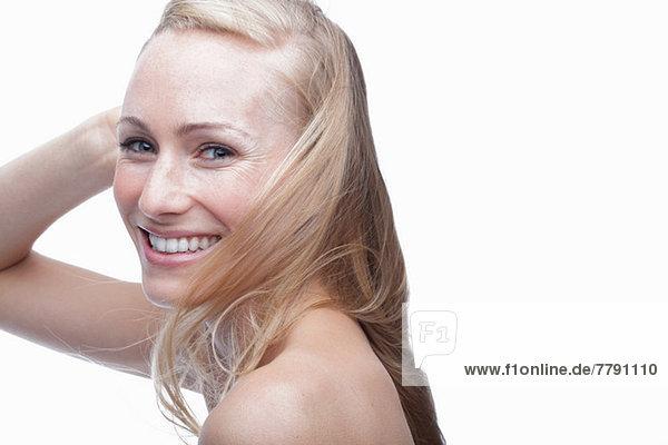 Junge Frau mit Hand im Haar