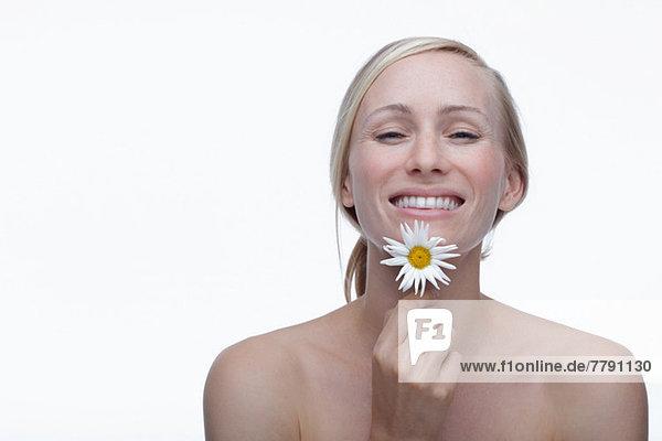Junge Frau mit Gänseblümchen