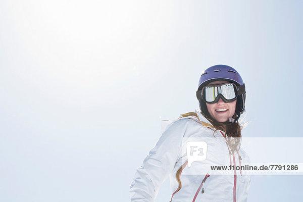 Junge Frau mit Skibrille und Helm Junge Frau mit Skibrille und Helm