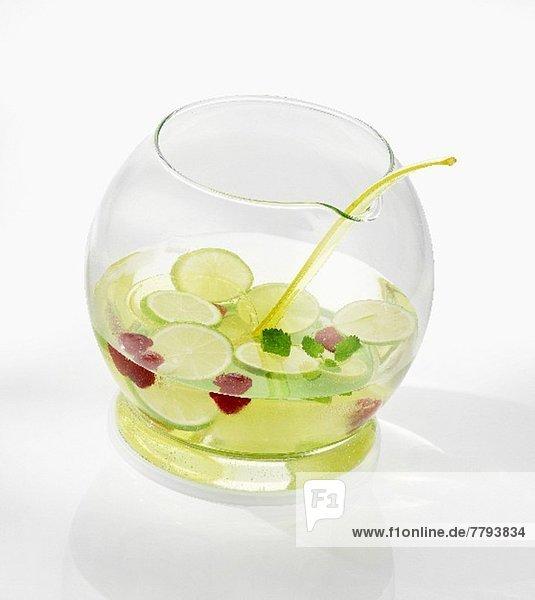 Limettenbowle mit Himbeeren in Bowlegefäß Limettenbowle mit Himbeeren in Bowlegefäß