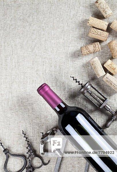 Rotweinflasche  alte Korkenzieher und Weinkorken Rotweinflasche, alte Korkenzieher und Weinkorken