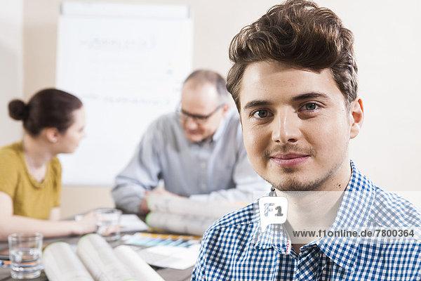 Portrait  Geschäftsmann  Hintergrund  Besuch  Treffen  trifft  jung  Kollege