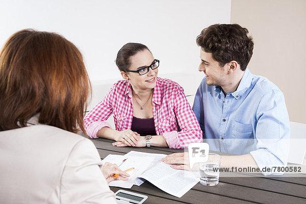 Mensch  Menschen  Menschengruppe  Menschengruppen  Gruppe  Gruppen  Geschäftsbesprechung  Konferenzraum  Besuch  Treffen  trifft  Business
