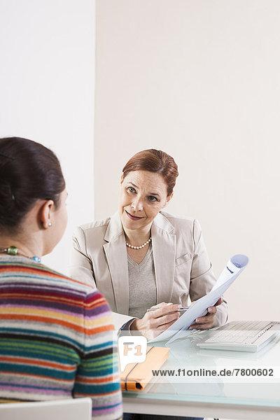 Geschäftsfrau  Büro  Besuch  Treffen  trifft