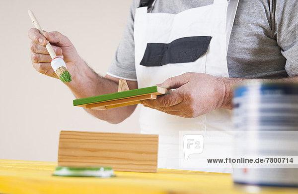 Mann Planung streichen streicht streichend anstreichen anstreichend Studioaufnahme Holzbearbeitung
