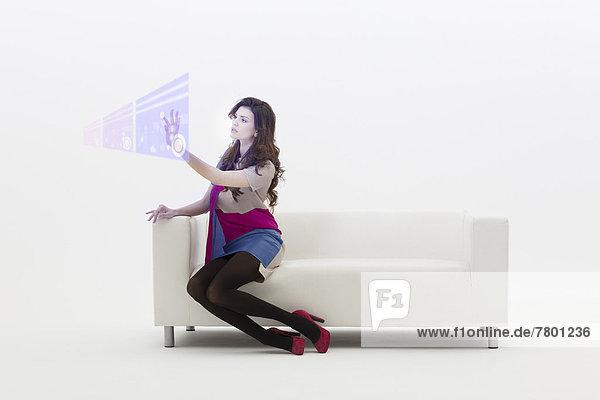 sitzend  benutzen  zeigen  Geschäftsfrau  Couch  jung