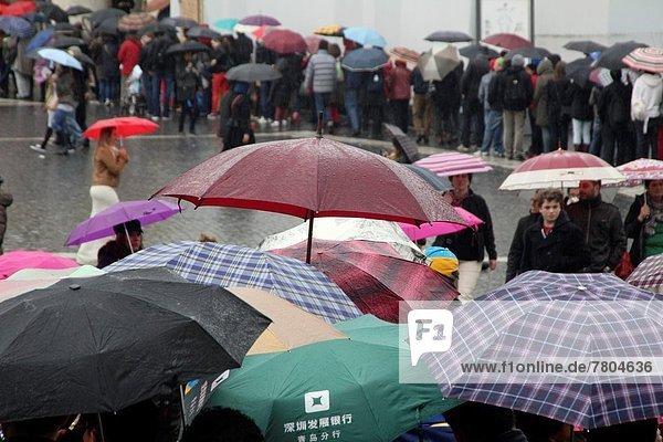 Rom  Hauptstadt  Mensch  Menschen  Regenschirm  Schirm  Quadrat  Quadrate  quadratisch  quadratisches  quadratischer  Heiligtum  Italien  Vatikan
