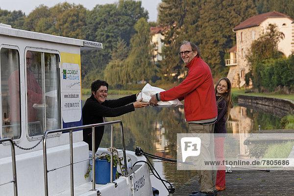 Vater und Tochter nach Broteinkauf am frühen Morgen  Hausboot auf dem Canal des Vosges  früher Canal de l?Est