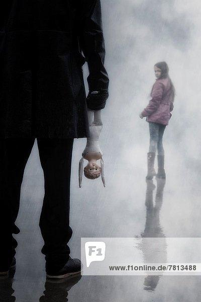 Mann  Dunkelheit  Bedrohung  jung  Mädchen  Puppe  alt