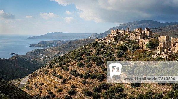 Stein Küste dramatisch Hintergrund Dorf tief Griechenland Mani