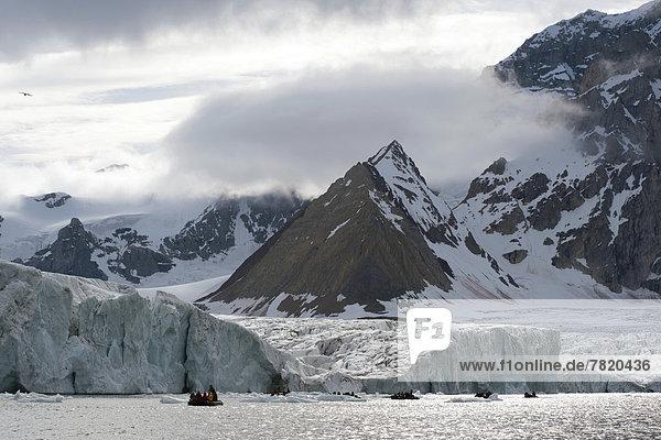 Zodiac-Schlauchboot einer Expeditionskreuzfahrt vor Gletscher Samarinbreen und Berg Tindegga