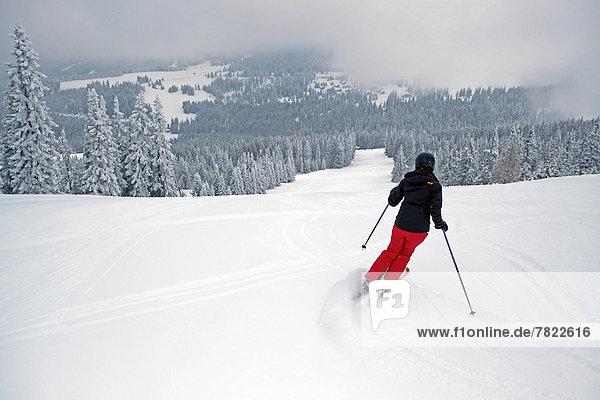 Skifahrerin fährt auf der Piste