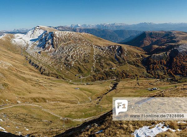 Trentino Südtirol  Europa  Berg  Landschaft  Hügel  Feld  Herbst  Wiese  Dolomiten  Italien