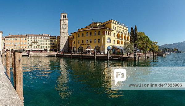 Wasser  Europa  Mensch  Menschen  Spiegelung  Großstadt  See  Dorf  Herbst  Gardasee  Italien  Reflections