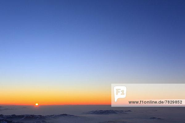 Europa  Berg  Winter  Sonnenuntergang  Himmel  Nebel  Alpen  Ansicht  Westalpen  Abenddämmerung  Sonne  schweizerisch  Schweiz  Dämmerung