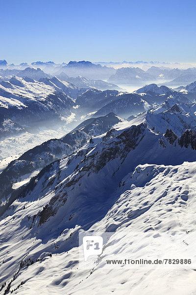 Kälte  Panorama  Europa  Schneedecke  Berg  Winter  Berggipfel  Gipfel  Spitze  Spitzen  Himmel  Dunst  Schnee  Nebel  Alpen  blau  Ansicht  Sonnenlicht  Westalpen  Bergmassiv  schweizerisch  Schweiz