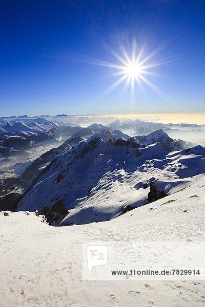 Kälte  Panorama  sternförmig  Europa  Schneedecke  Berg  Winter  Sonnenstrahl  Himmel  Schnee  Alpen  blau  Ansicht  Sonnenlicht  Westalpen  Bergmassiv  Sonne  schweizerisch  Schweiz