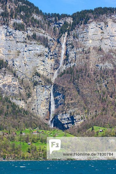 Felsbrocken Europa Wohnhaus Gebäude Steilküste See Wasserfall Schweiz Walensee