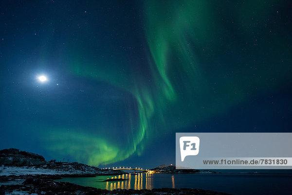 Wasserrand  Farbaufnahme  Farbe  Europa  Winter  Strand  Nacht  Beleuchtung  Licht  Küste  grün  Meer  Brücke  Figur  Norwegen  Mond  Polarlicht  Naturerscheinung  Sehenswürdigkeit  Skandinavien
