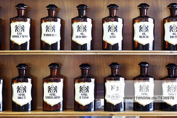 Eine Reihe von natürlichen Spirituosen  Säuren und Ölen in der homöopathischen Apotheke