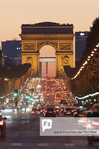 Avenue des Champs Elysee mit Arc de Triomphe