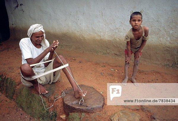 Mann  sehen  Junge - Person  Produktion  Wolle  Blick in die Kamera  Faden  mögen  Indien  Madhya Pradesh  rechts