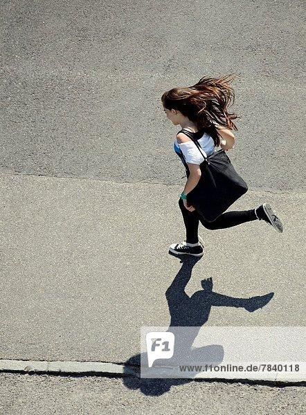 Frau  fangen  rennen  Schatten  Omnibus  jung  Lifestyle  Straßenbahn  Genf  Schweiz