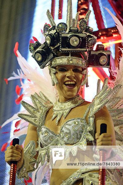 Samba-Tänzerin auf einem allegorischen Wagen  Umzug der Sambaschule Academicos do Salgueiro während des Carnaval in Rio de Janeiro 2013
