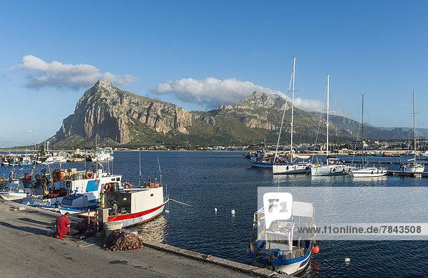 Boote im Hafen von San Vito Lo Capo  hinten der Kletterfelsen Monte Monaco
