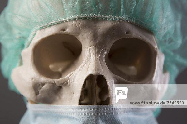 Skelett als Arzt mit Mundschutz und Haube  Porträt