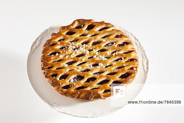 Gitterkuchen mit Kirschen und Zuckerkristallen  Nahaufnahme