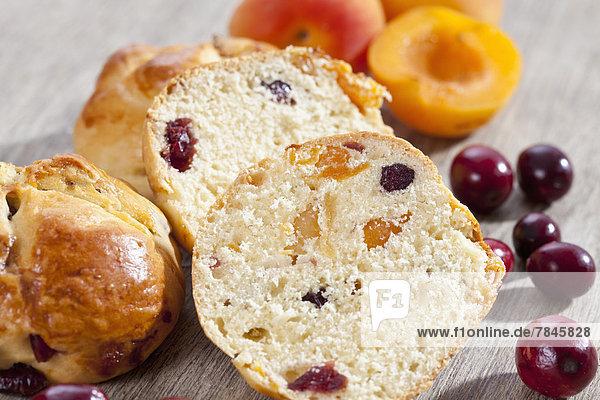 Cranberry Scones mit Aprikose auf Holztablett  Nahaufnahme