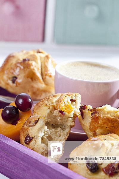 Cranberry Scones mit Aprikose und Tasse Kaffee auf Holztablett  Nahaufnahme