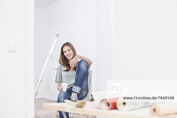 Porträt einer Frau mit Tasse  lächelnd