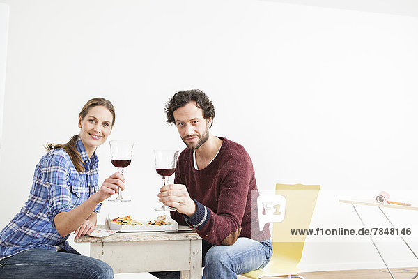 Porträt eines Paares  das Glas hält  lächelnd