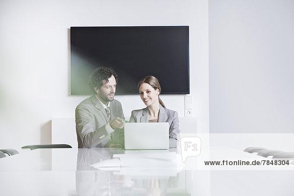 Deutschland  Nordrhein-Westfalen  Köln  Geschäftspaar mit Laptop im Büro