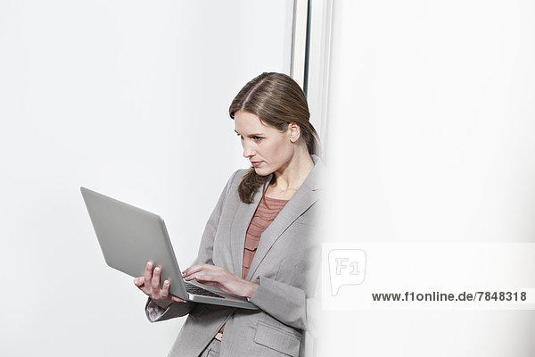 Deutschland  Nordrhein-Westfalen  Köln  Geschäftsfrau mit Laptop