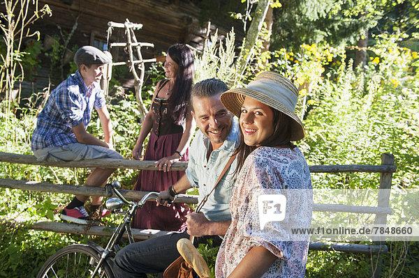 Österreich  Familiengespräch im Garten  lächelnd