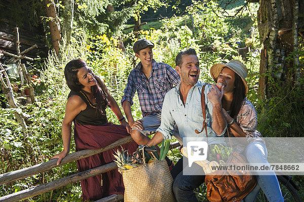 Österreich  Salzburg  Familie im Garten plaudern  lächeln