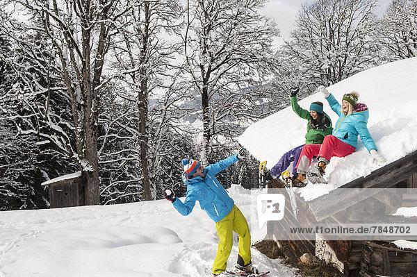 Österreich  Salzburg  Junge Frauen und Männer beim Schneevergnügen am Altenmarkt Zauchensee