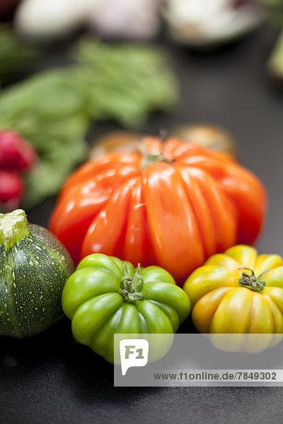 Deutschland  Düsseldorf  Bunte Tomaten auf dem Tisch