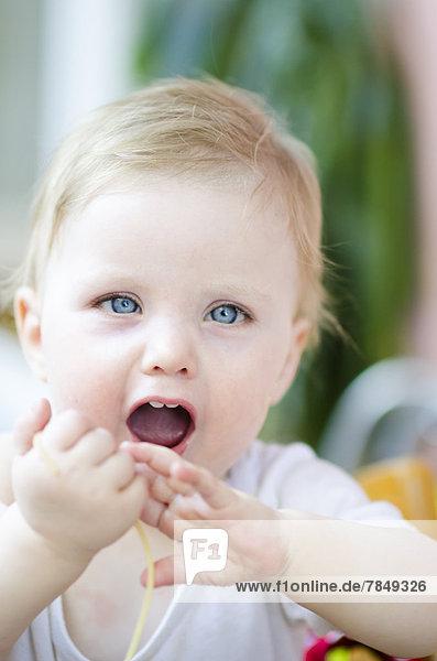 Kleines Mädchen isst Spaghetti  Nahaufnahme