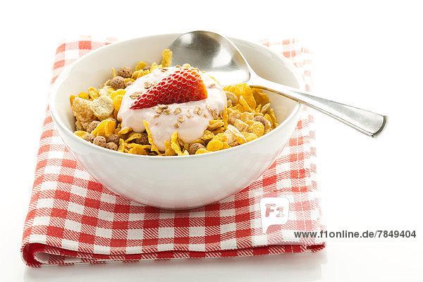 Frühstücksschale mit Müsli mit Joghurt und Erdbeeren