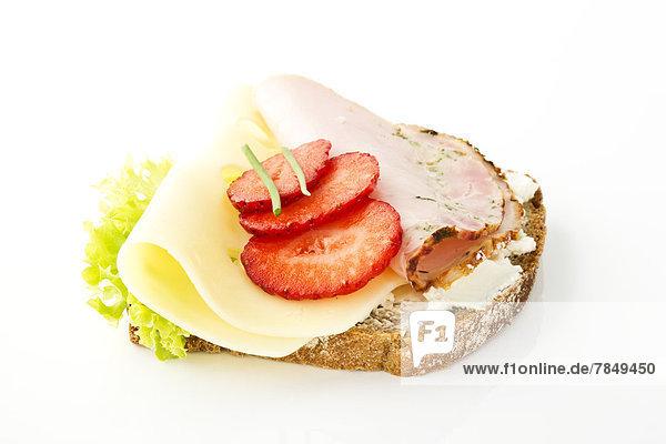 Fitness-Sandwich mit Frischkäse  Salat  Käse und Schinken auf weißem Grund  Nahaufnahme