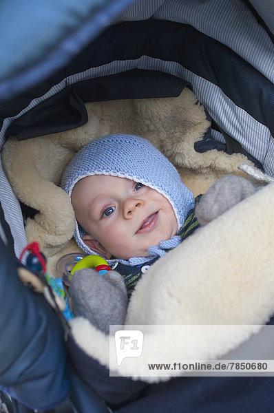 Baby Junge im Kinderbett liegend  lächelnd , Baby Junge im Kinderbett liegend, lächelnd