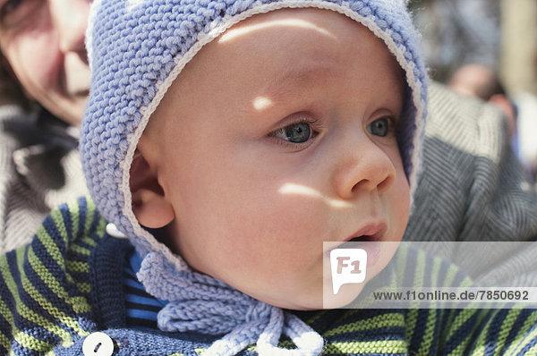 Baby-Boy schaut weg  Nahaufnahme