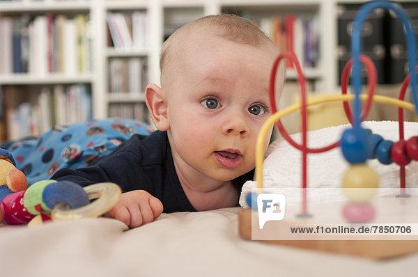 Baby Boy spielt mit Spielzeug.